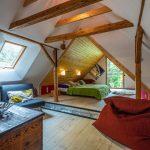 Zrekonštruované podkrovie v tradičnej chalupe so spálňou a oddychovou miestnosťou.