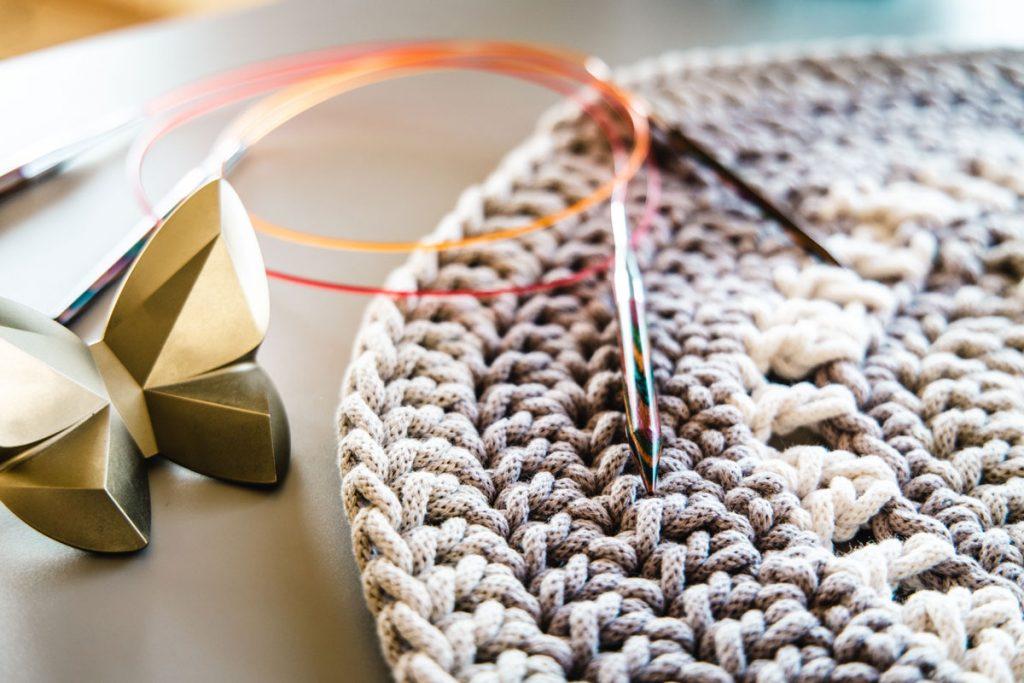Okrúhly pletený koberček od Uniki.