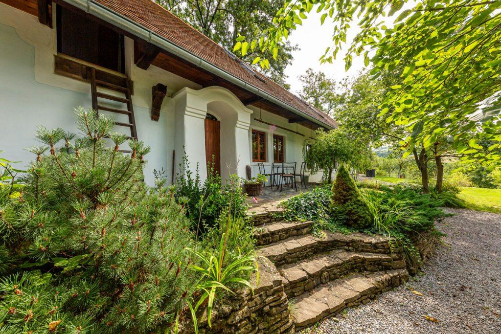 Zrekonštruovaná tradičná romantická chalupa z 19. storočia s prírodnou predzáhradkou, posedením a veľkou záhradou so starými stromami.