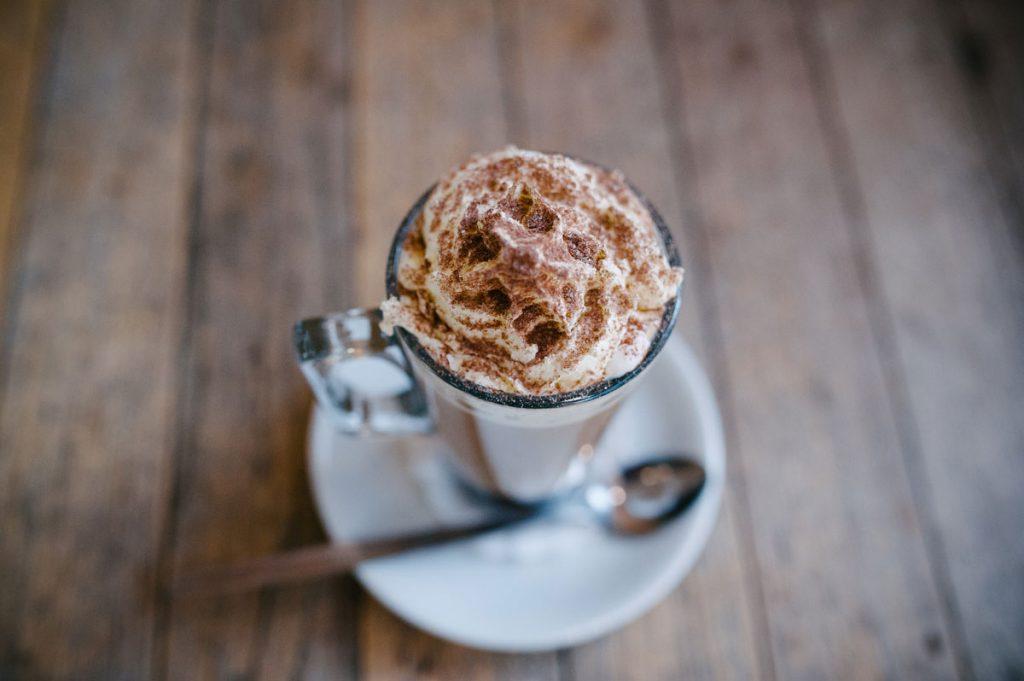 Recepty z kávy: Mliečna káva s bielou čokoládou