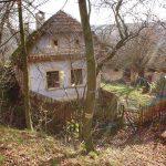 Stav pred rekonštrukciou: pôvodná tradičná myjavská chalupa s dreveným plotom.