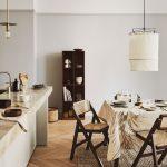 Interiér kuchyne s jedálňou zariadený prírodnými materiálmi v zemitých farbách. Foto: H&M