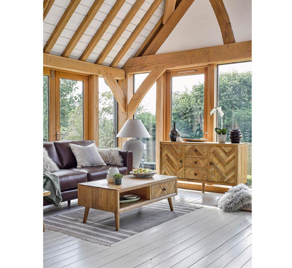 Zrubový dom zariadený masívnym dreveným nábytkom.