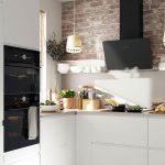 biela kuchyňa s čiernym digestorom na odťahové odsávanie