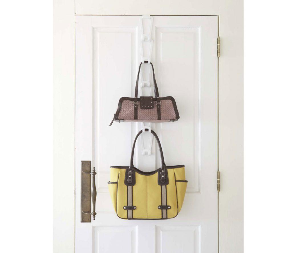 úložné priestory: závesný držiak na kabelky.