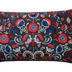 ľudové vzory v interiéri: bavlnený vankúš s folklórnym motívom kvetov