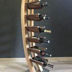 stojan na víno ručne vyrobený z masívneho dreva a kože