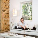 Dizajnérka Asia so svojimi mačkami v rodinnom dome v minimalistickom škandinávskom štýle.
