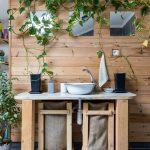 ChopperArt: drevený stolík s umývadlom s jednoduchými drevenými košmi s jutovinou.