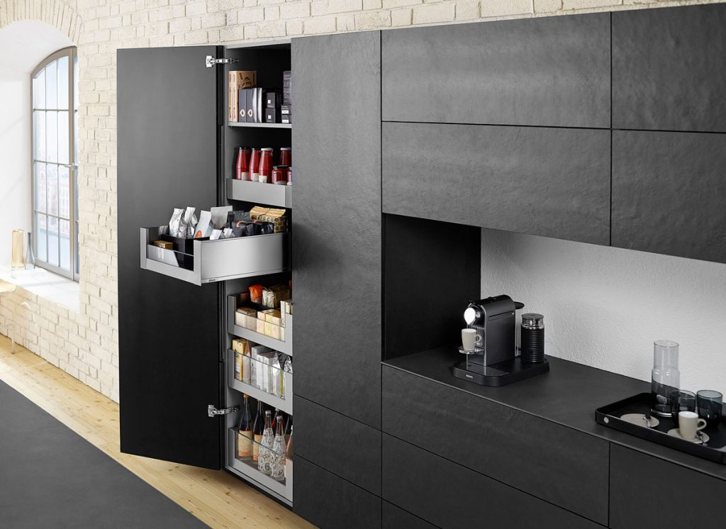 Kuchynské úložné priestory v čiernej farbe so širokouhlým závesom BLUM.