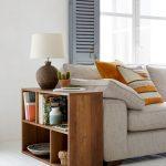 úložné priestory: drevená miniknižnica vedľa sedačky.