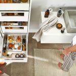 Kúpeľňová skrinka s plnovýsuvmi a organizérmi v zásuvkách.