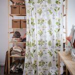 Drevený regál so záverom na uloženie oblečenia