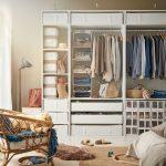 Biela skriňa s množstvom úložných priestorov v podobe zásuviek, košov, vešiakov, organizérov.