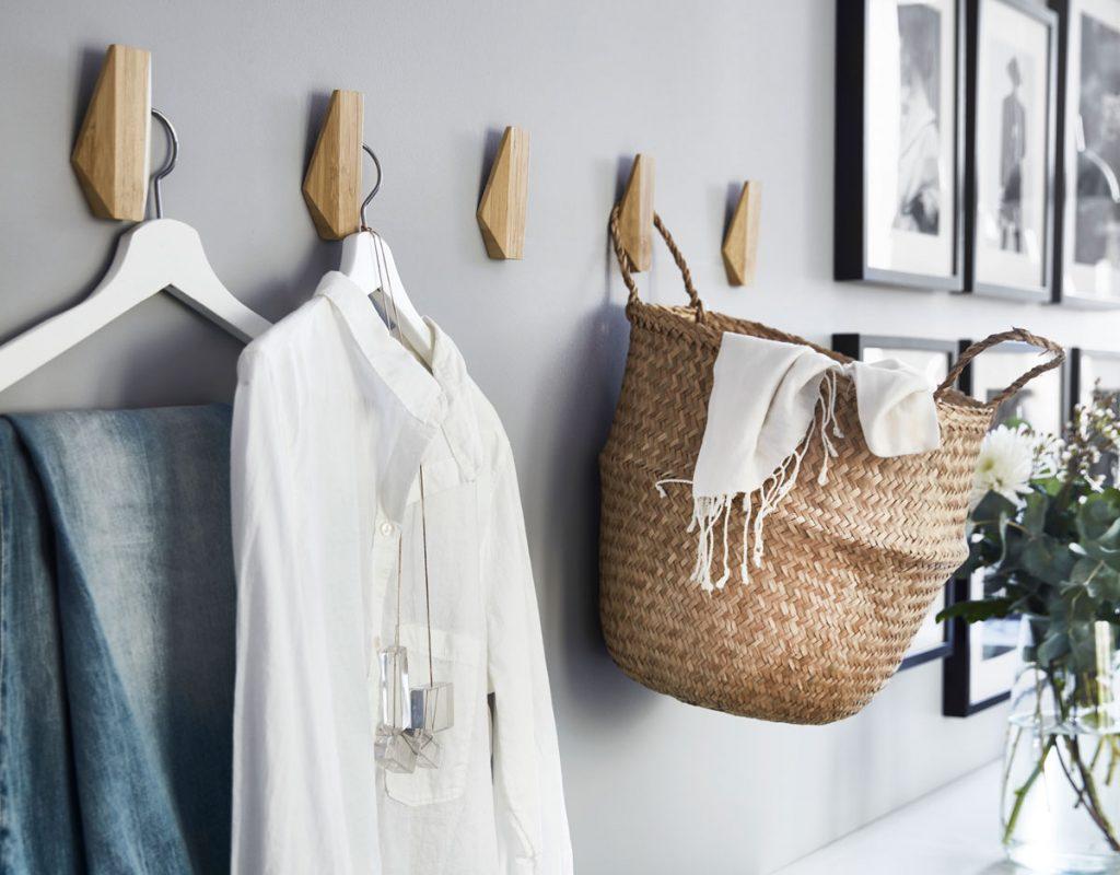 úložné priestory: Nemý sluha ako drevený háčik na stenu.