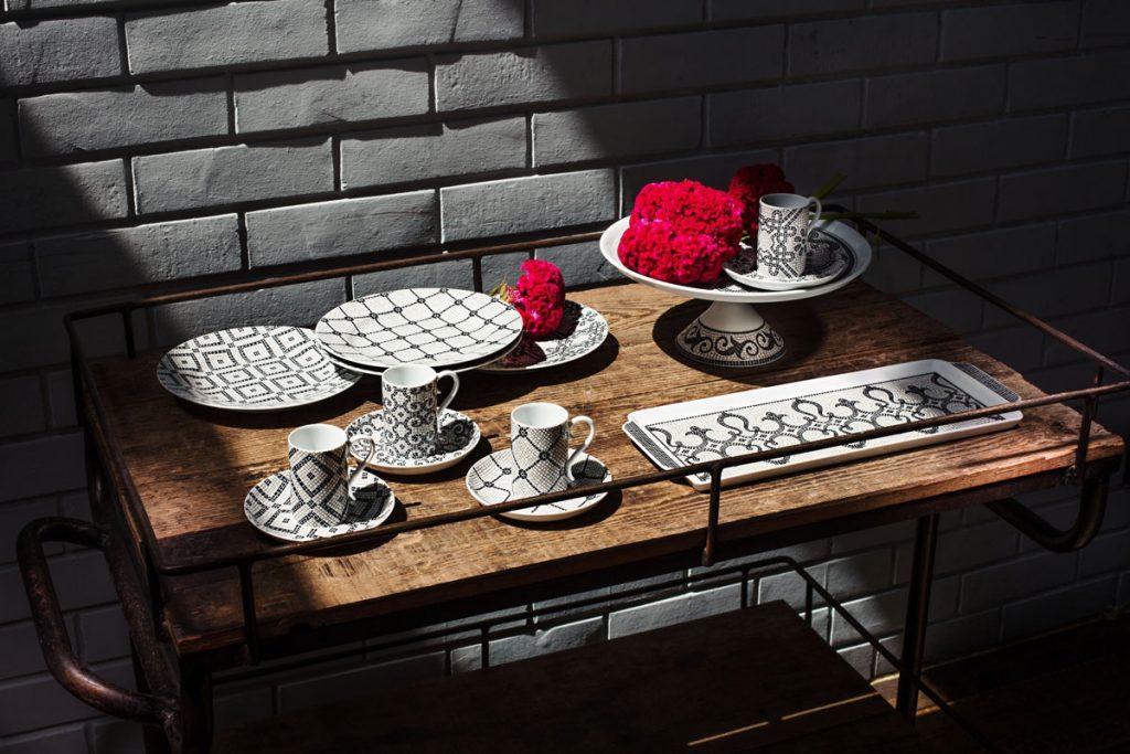 Príslušenstvo na stolovanie od BELLA TAVOLA: podnos na tortu, stojan na torty, súprava dezertných tanierov a cukornička.