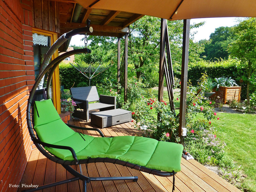 záhradná drevená terasa s lehátkom