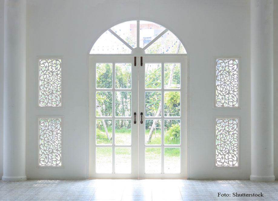 biele vitrážové vchodové dvere