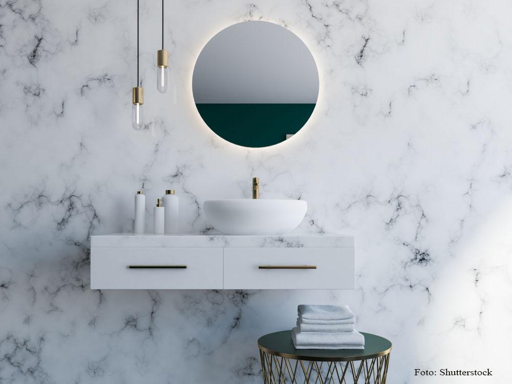 kúpeľňa s mramorovou stenou