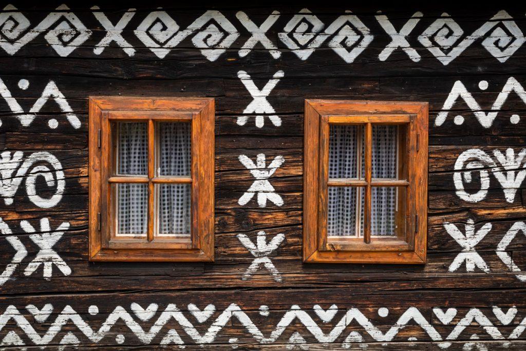 Ľudové motívy v interiéri: drevenica s čičmanským vzorom
