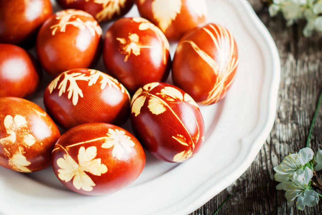 prírodné farbenie veľkonočných vajec: vajíčka zafarbené výluhom z cibule