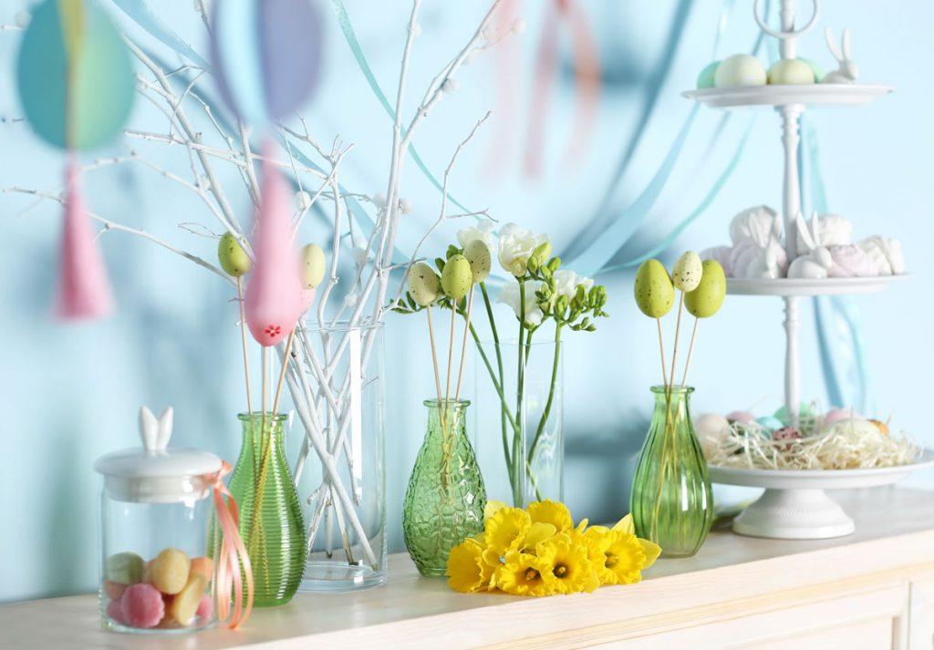 Veľkonočná výzdoba z farebných fliaš a symbolov jari.
