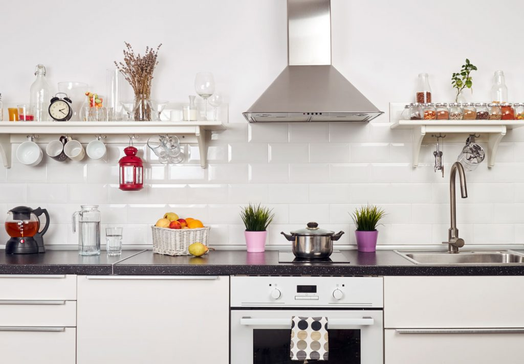 Ako správne vybrať digestor: biela kuchyňa s digestorom