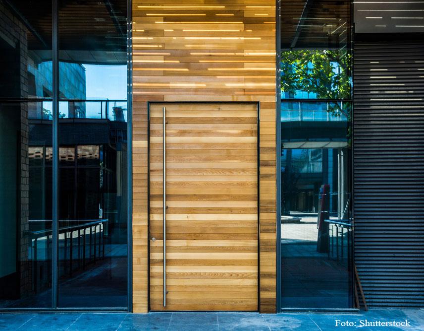 drevené vchodové dvere do domu