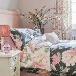 Spálňa s motívom kvetov na textíliách.