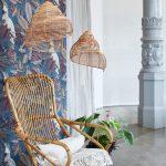 Interiér s ratanovým kreslom a modrou tapetou s papagájmi