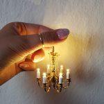 Miniatúra zlatého šesťramenného lustra.