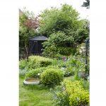 Prírodná okrasná záhrada s trvalkovými záhonmi a drevinami, jazierkom a záhradným domčekom.