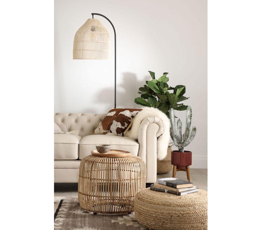 Prírodná obývačka s ratanovým svietidlom a stolíkom.