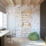 Chlapčenská izba v zemitých farbách s pracovným stolom, skriňou, policami, vakom na sedenie, rebrinou a vzorovanou tapetou.