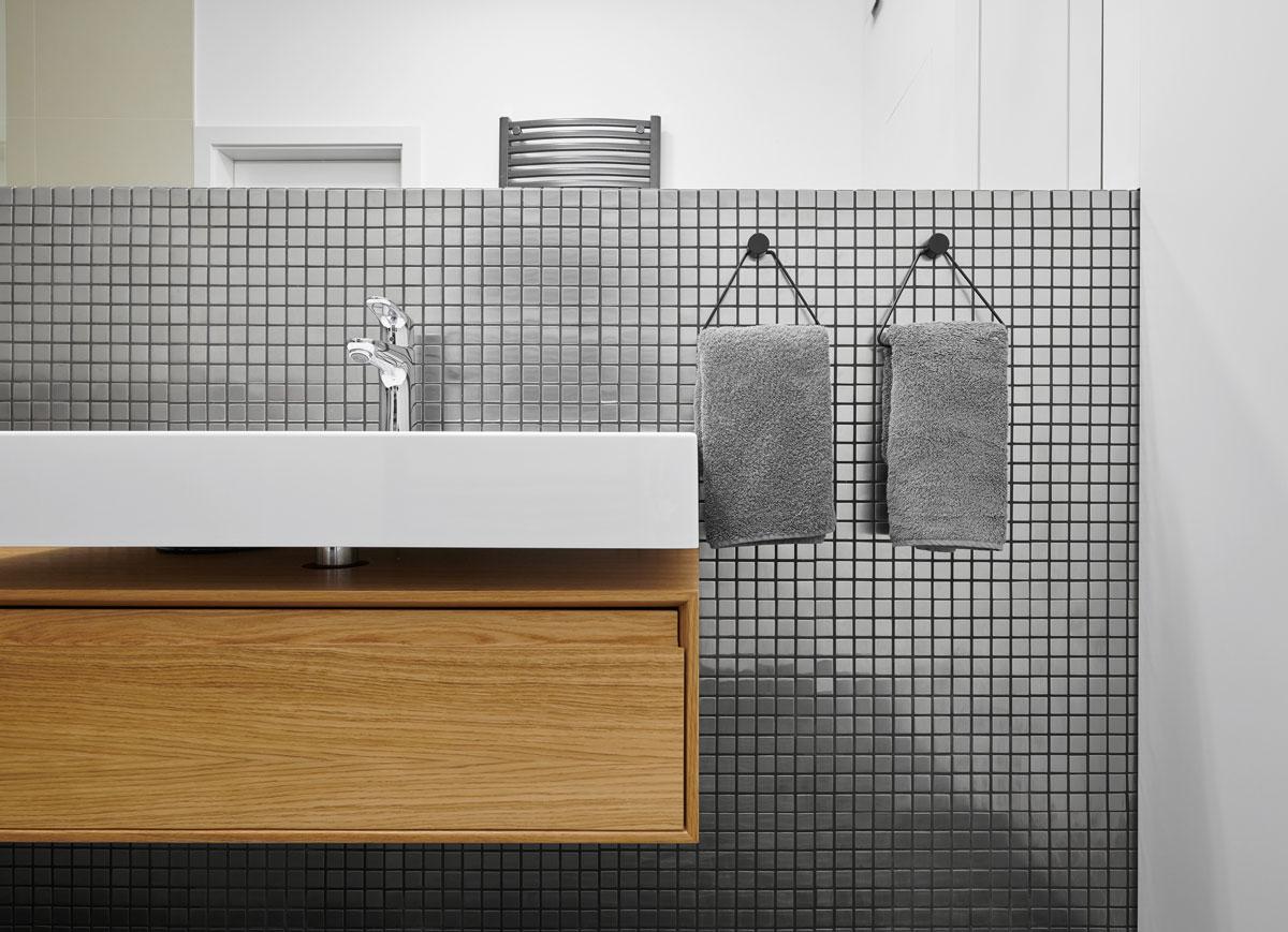 Detail kuchynskej steny s umývadlom ukrytým v stene.