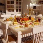 Kuchyňa s jedálenským stolom a kredencom v domčeku pre bábiky.