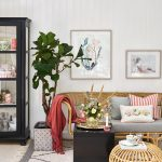Ako lacno zmeniť interiér: Interiér s prírodným nábytkom a obrazmi.