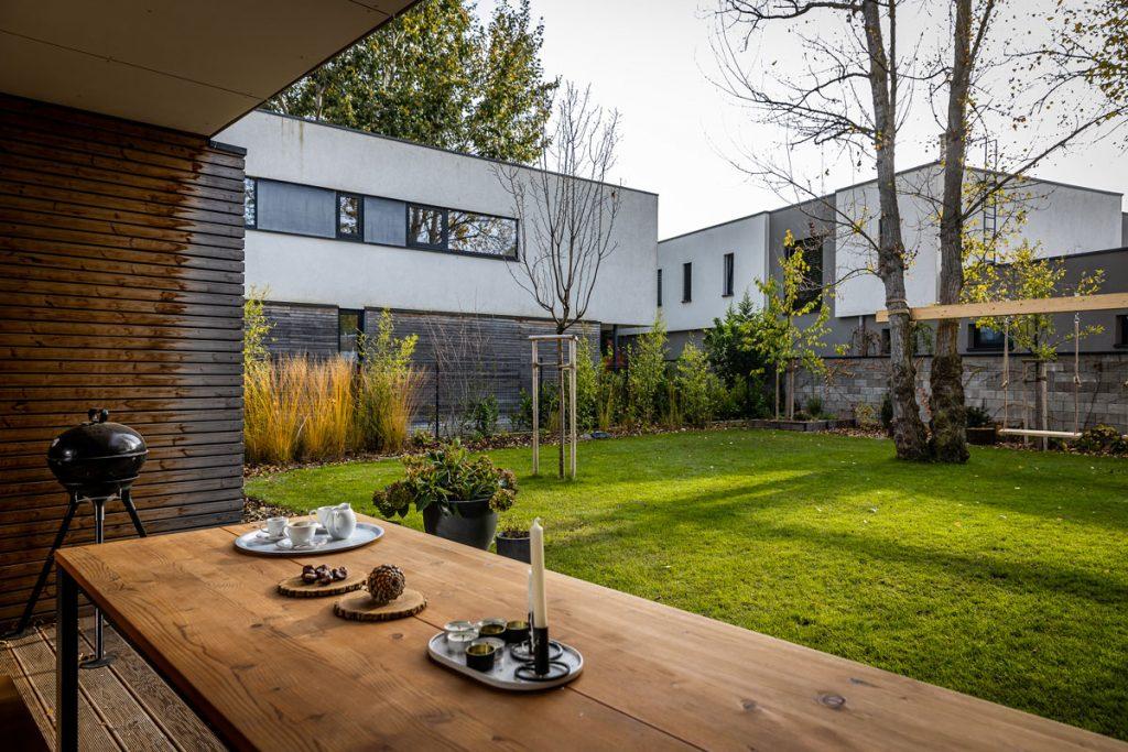 Výhľad na prírodnú záhradu z terasy rodinného domu.
