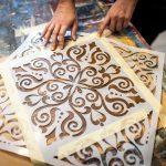 maľovanie stolíka kriedovými farbami pomocou šablóny