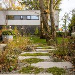 Chodník pomedzi trvalkový záhon vytvorený z betónových dosiek a nadväzujúci na terasu rodinného domu.