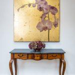 Starodávnym zreštaurovaný stolik s obrazom orchidey