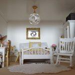 Miniatúra spálne s hojdacou stoličkou, stolíkom, skriňou a posteľou v domčeku pre bábiky.