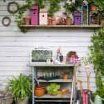 Záhradné pomôcky s regálom a kvetinami.