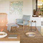 Interiér v neutrálnych farbách, zariadený nábytkom a doplnkami z prírodných materiálov.