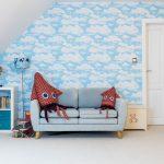 Detská izba s tapetou s obláčikmi, úložnými priestormi, dinosaurou lebkou, pohovkou a ručne ušitou sépiou