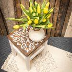 stolík a koberece namaľovaný kriedovými farbami