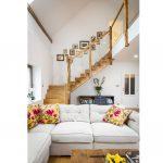 Schodisko vedúce z obývacej izby vyrobené z drevených trámov so sklenou výplňou