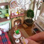 Miniatúra izby v domčeku pre bábiky.