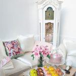 Miniatúra vidieckej obývačky v domčeku pre bábiky.
