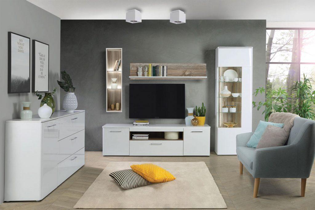 Moderná obývačka s lesklou skrinkou, dvojmiestnou sedačkou, TV stenou a kontrastnými doplnkami
